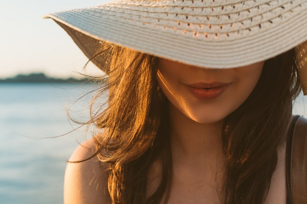 woman with hat in the sun